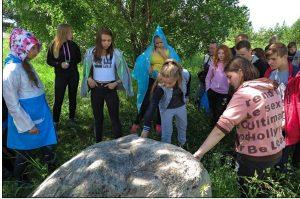 Знакомство с Рубцовским камнем на Церковной горе. (Фото А. Кошелева)